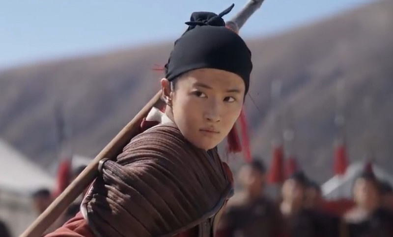 《花木兰》发布正片片段 刘亦菲飞踢长枪