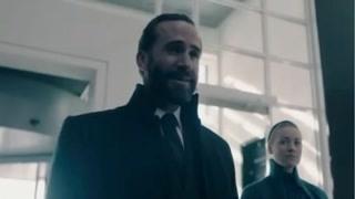 《使女的故事2》塞丽娜看着人群十分羡慕 沃特弗德受到外交副部的热情接待