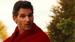 裸身男穿红毯子   说自己来自未来