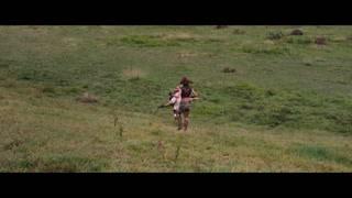 强森看见敌人让同伴快跑   一回头同伴们早就跑了