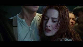 露丝被杰克抱在怀里 看着周围都在祈祷的人