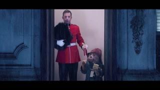 王宫守卫把藏在帽子里的食物给了帕丁顿