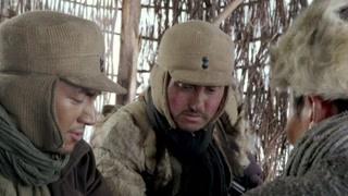 203小分队几人研究如何对抗人数众多的土匪 只能智取获胜