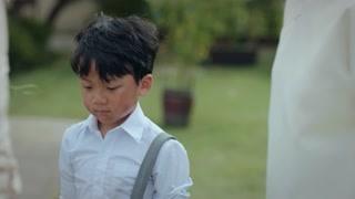 《小娘惹》月娘在院子里摘蝶豆花 阿桃拼命掩护黄慈恩回家