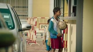 男孩拿着足球问路 掩护另一个小孩带炸药炸楼