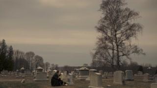 凯特回家看望丈夫的墓碑 遇到老友