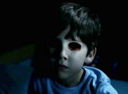 《黑暗天际》曝光片段 孩子诡异丢失双眼血色模糊