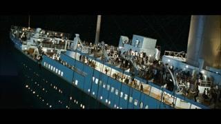 还在船上的人们开始往船头跑去 太可怕了