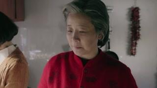 《姥姥的饺子馆》方亚军主动替妈妈包饺子 这手艺还差得远
