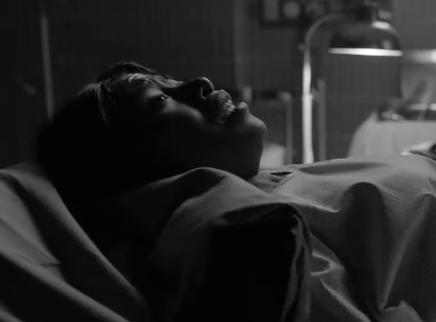 《罗马》分娩片段 可莉奥被告知生下死胎