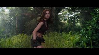 美女在游戏世界飞踢敌人拯救同伴