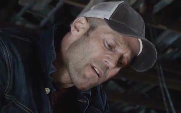 《家园防线》曝光片段 斯坦森被绑挣脱恶整小混混