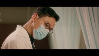 熊顿身在病房仍不忘花痴一把医生 我猜这是吴彦祖