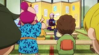 老师提问同学争先恐后地回答 一位老头子在门外偷听众人毫不知情