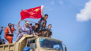 吴京举国旗横穿交战区