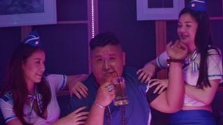 狂战:黑社会酒吧里享受 摸舞女小茜竟然是罐头哥朋友