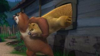 光头强回家了熊二崩溃了   熊二从窗户逃跑被卡住了