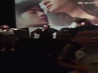 刘亦菲 《夜孔雀》宣传 遭偷袭被扑倒在地