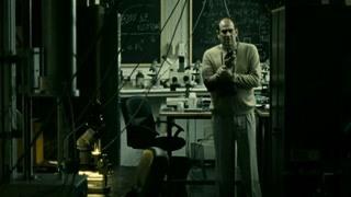 绷带男准备进入实验室行凶 海克特用对讲机求救