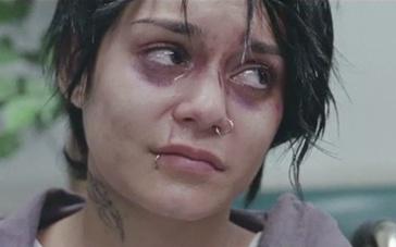 《给我庇护》中文预告 瓦妮莎装鼻环演绎边缘人物