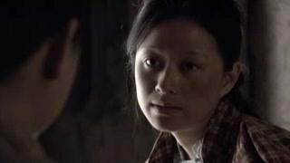 《女子军魂》王三妹给刘碧霞上药 采了草药
