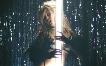 《超市夜未眠》片段 失意青年幻想爱慕女孩钢管舞