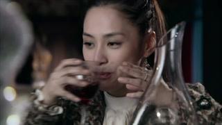 阿娇喝了两瓶红酒以后