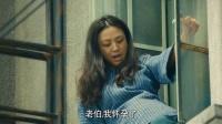 孕妈为逃房租竟然爬窗户,面对出生宝宝的做法令人疑惑