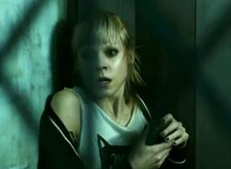 《24号储藏室》中文特辑 密室遭囚禁怪兽紧逼突袭