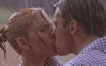 《赛末点》精彩片段 斯嘉丽、乔纳森雨中缠绵激吻