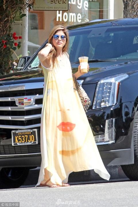 组图:塞尔玛·布莱尔长裙飘飘跨越到夏天 端冰咖啡撩发凹造型