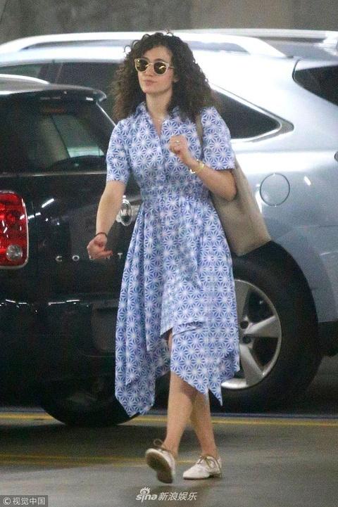 """组图:艾米·罗森穿长裙仙气似森女 顶""""泡面头""""露笑超自信"""