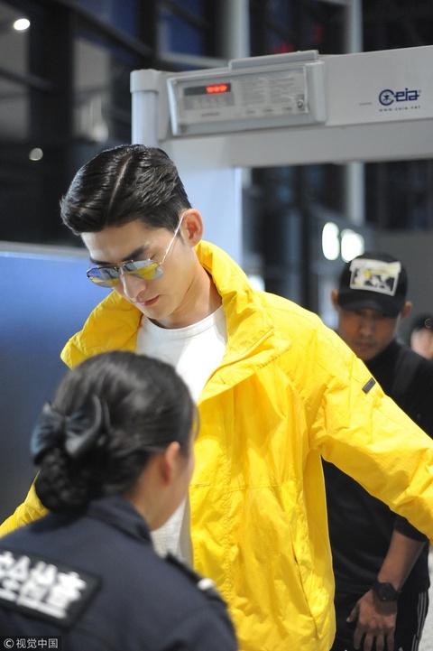 张翰张开手臂过安检似要送抱 穿黄外套露笑