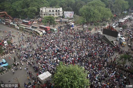 孟加拉国大学生不满求职机遇 与警察冲突