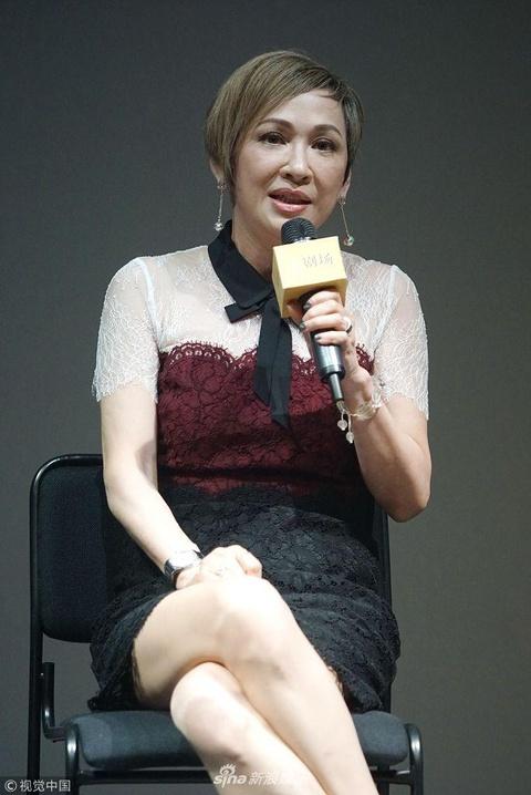 组图:周润发前妻余安安58岁气质优雅 穿蕾丝裙翘美腿