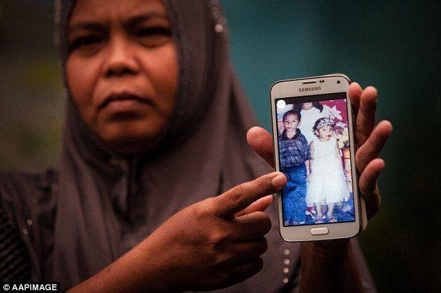 的哥哥发现一名放学回家的女孩长相酷似自己的外甥女Jannah,上前