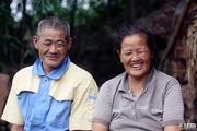 六旬老人背妻29年 夫妻二人互为腿眼