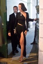 组图:贝拉-哈迪德高开叉到大腿根 秀性感好身材