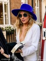 组图:西耶娜-米勒白色外套深V秀美胸 头戴蓝帽墨镜遮面超时尚
