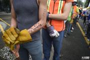 墨西哥救援队手臂写个人信息 以防不测