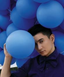 吴奇隆杂志封面打造蓝色气球海 展现熟男魅力