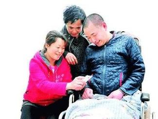 当初带着高位截瘫前夫改嫁 如今三人共同生活