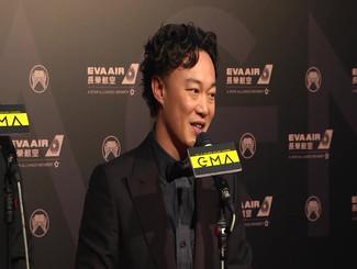 陈奕迅标志泡面头现身金曲红毯 全程笑不拢嘴