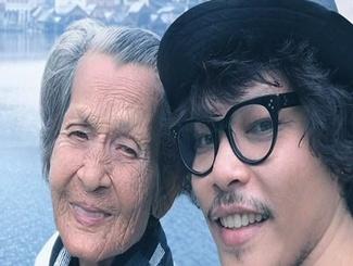 爱要及时!泰国男子P图带85岁老母亲环游世界