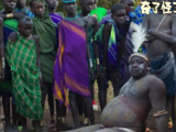 非洲部落为讨老婆先自虐