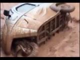 三轮车被洪水冲走