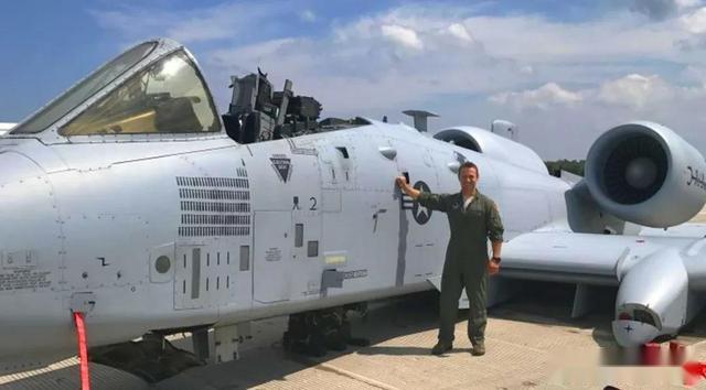 """飛行員忘記放起落架,A – 10攻擊機""""機腹著陸""""平安落地"""