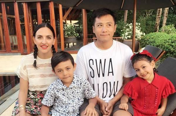 劉燁給妻子慶40歲生日,一傢四口逛頤和園,倆混血兒造型太像爸