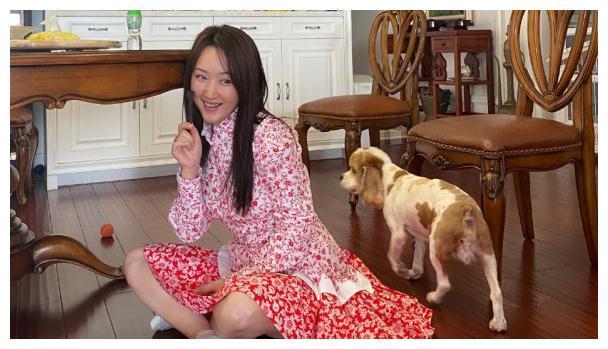 楊鈺瑩穿針織裙還不夠,把衣服綁在身上,任何時候都要時髦!