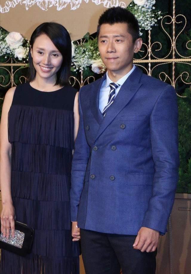 袁泉夏雨夫妻合體亮相,袁泉自信裸妝出鏡,發際線高也照樣顯氣場